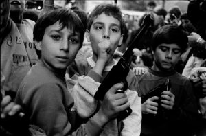 lbattaglia_festa-del-giorno-dei-morti-i-bambini-giocano-con-le-armi-palermo-1986
