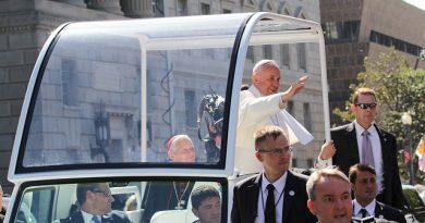 Papa Francesco abbraccia il mondo. Indulgenza plenaria