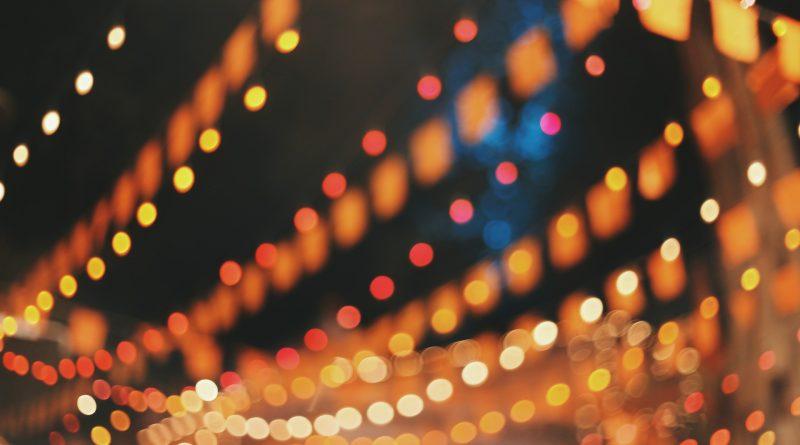 Babbo Natale 2020, pochi regali e tante luci